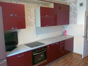 Красная кухня в интерьере с флизелиновыми розовыми обоями Эрисманн 3010-3