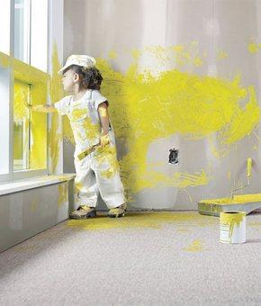 Маленький мальчик разрисовал жёлтой краской стену и окно