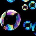 Мыльные цветные пузыри на чёрном фоне