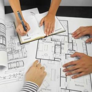 Фото руки дизайнеров и архитекторов на чертежах и планах квартиры