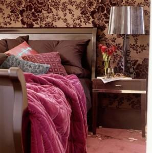 обои для спальни с бардовыми цветами