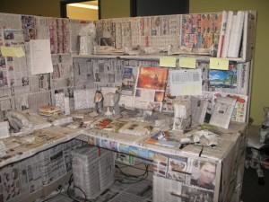 Рабочее место в офисе завёрнуто в газеты