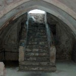 Работа в подвальном помещении. Фото каменной лестницы ведущей вниз
