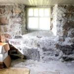 Неровные стены в кладовой
