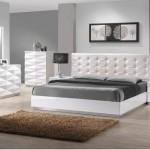 Белая кровать серые стены