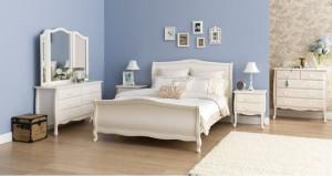 Белая мебель синие обои