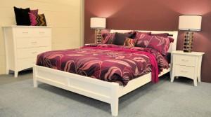 Белая спальня бардовые обои