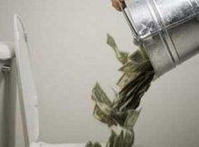 Из ведра высыпают доллары в унитаз