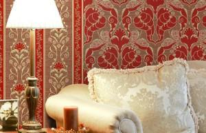 Красные обои с вензелями и бежевой мебелью