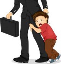 Мальчик плачет и держится за папину ногу