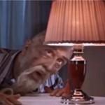 Старик-Хоттабыч смотрит на лампочку в торшере