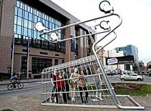 Огромная корзина (коляска) из супермаркета перевёрнута вверх ногами