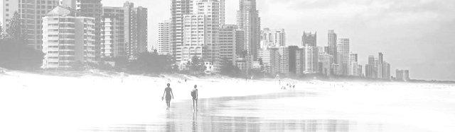 большой пляж на окраине мегаполиса