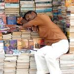 Продавец газет и журналов спит