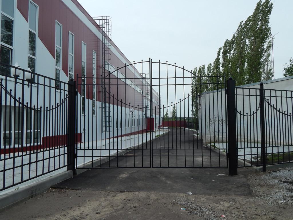 двухстворчатые въездные металлические кованные ворота