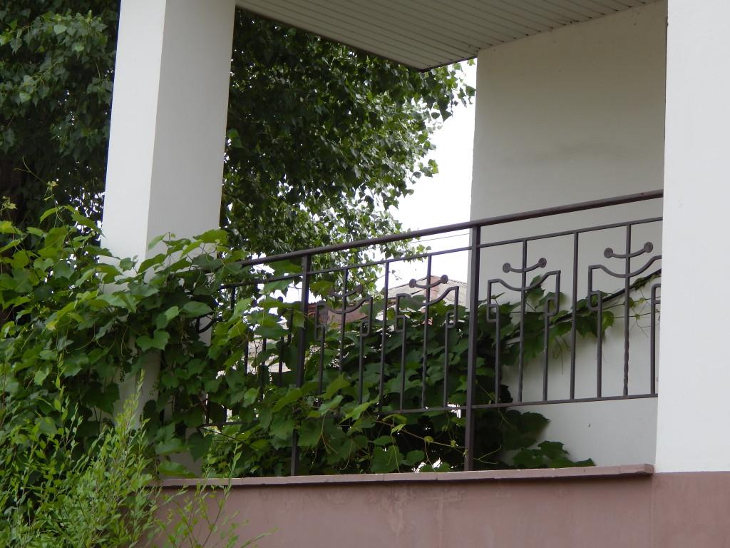 Черные кованные металлические перила в частном доме