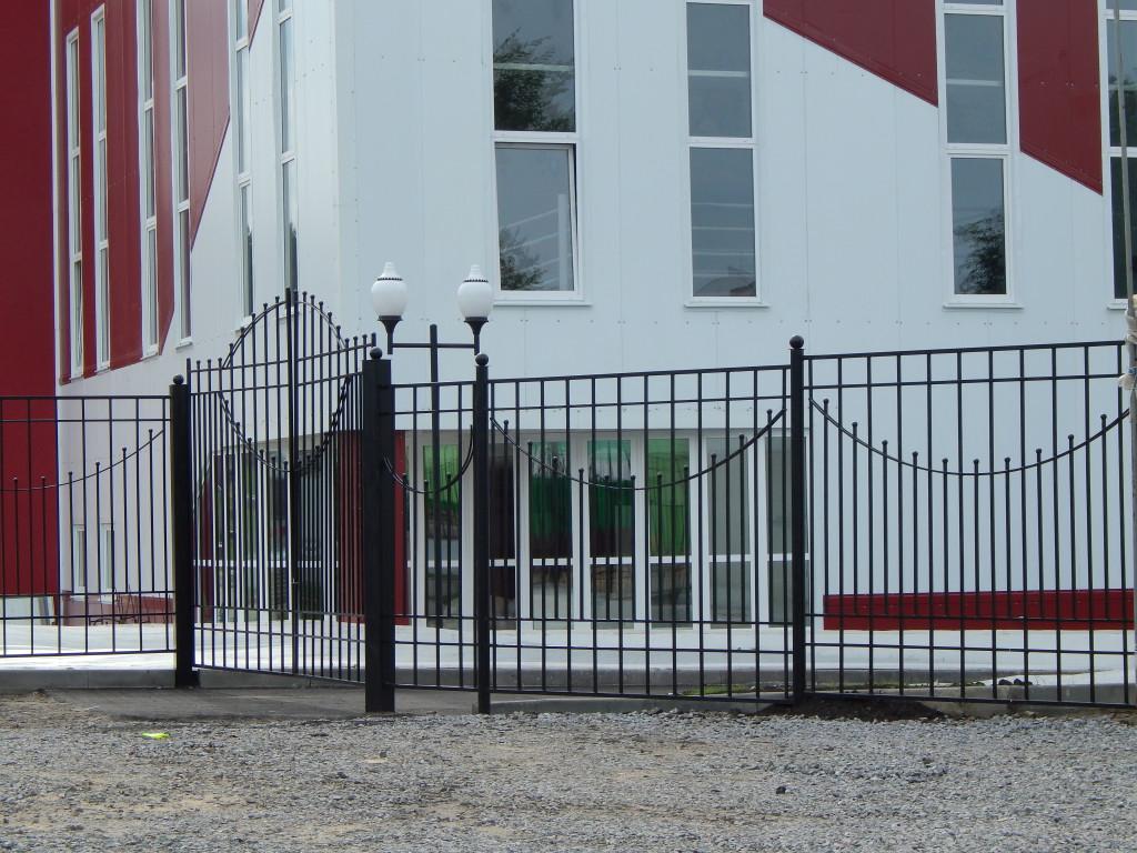 Чёрная кованная ограда