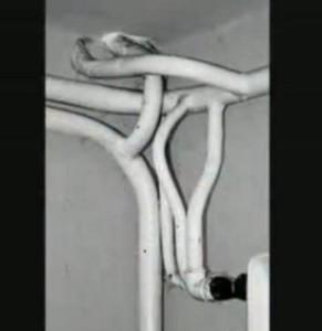 Фото сплетения покрашенных в белый цвет труб