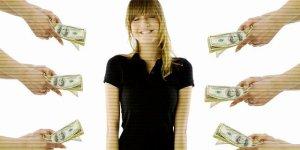Девушке протягивают руки, предлагая пачки с долларами