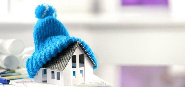 Игрушечный белый домик в вязаной шапке